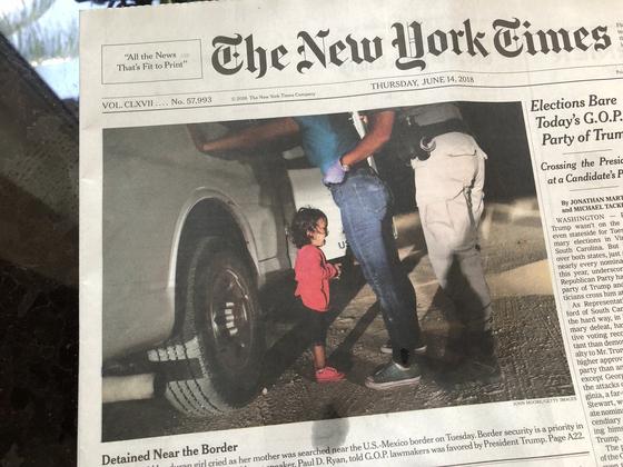 미 국경순찰대원을 올려다보며 울고 있는 온두라스 두살배기 여자아이 사진을 1면에 실은 뉴욕타임스. 트럼프의 불법 이민 무관용 정책에 따라 국경에서 부모들과 격리되는 이민 아동 문제에 대한 비판의식을 담았다. [트위터 캡처]