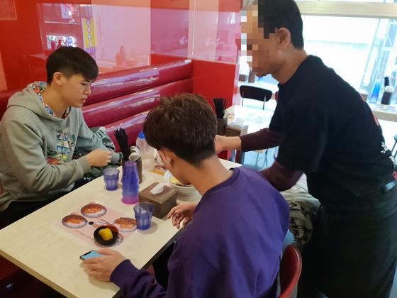 24일 서울 중구 명동의 한 일본식 라면 가게에서 사장 이모(63ㆍ오른쪽)씨가 직접 서빙을 하고 있다. 손님이 많지 않은 오전 시간에는 이씨가 직접 주문을 받는다. 임성빈 기자.