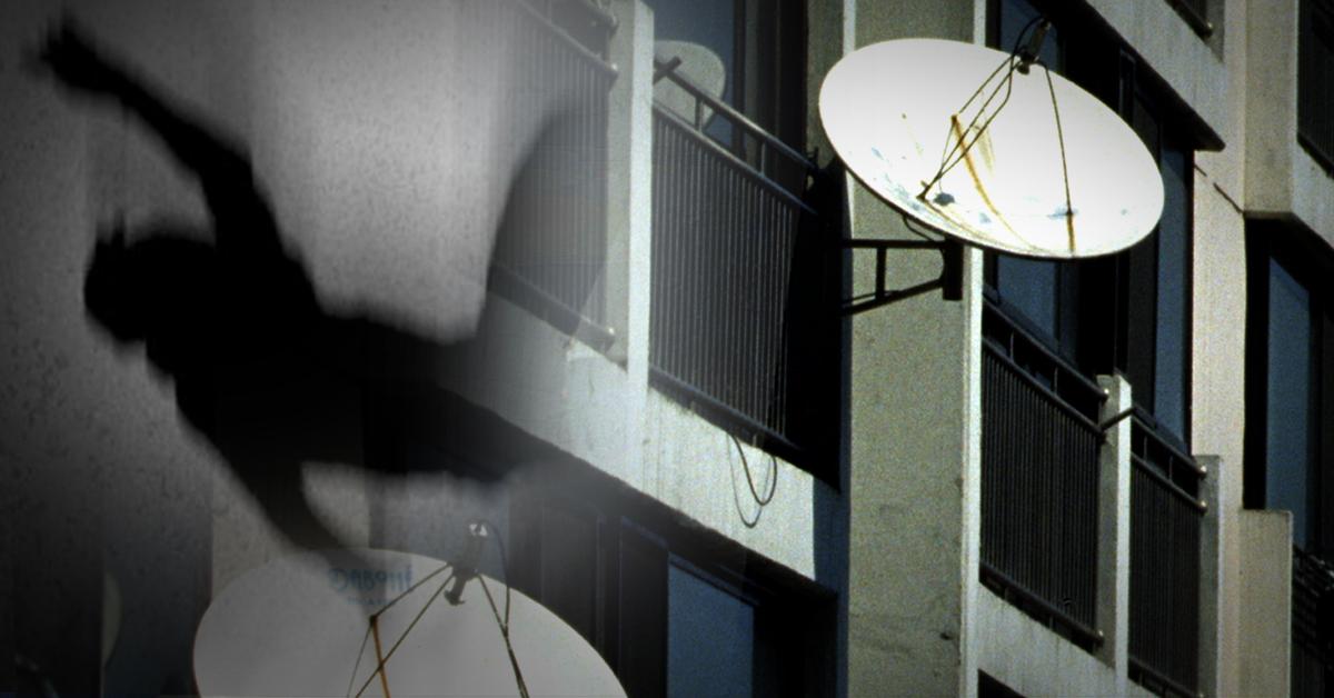 동거남과 술에 취해 싸우다 아파트 14층에서 떨어진 50대 여성이 아래층 외부에 설치된 위성방송 수신기에 걸려 가까스로 화를 면했다. [중앙포토, 뉴스1]