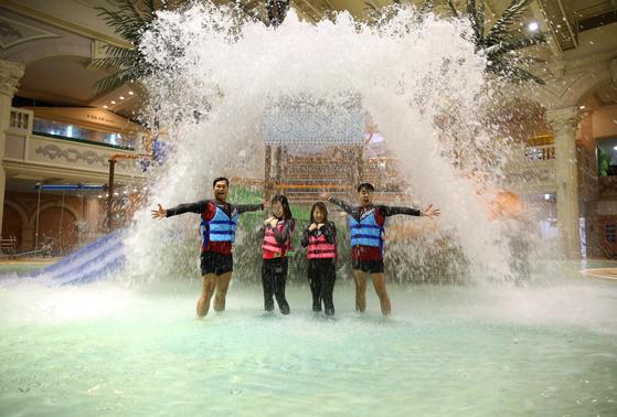 올해 개장한 강원도 정선 '하이원 워터월드'. 젊은 남녀가 '아쿠아 플레이'에서 물벼락을 맞고 있다. 아쿠아 플레이는 1분 30초마다 약 1t의 더운물을 쏟아낸다. 하이원 워터월드는 실내 28도, 수온 32도를 유지해 한겨울에도 따뜻한 물놀이가 가능하다. 손민호 기자