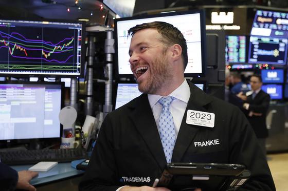 26일 주요 지수가 5%씩 상승한 가운데, 뉴욕증권거래소의 한 트레이더가 활짝 웃고 있다. [AP=연합뉴스]