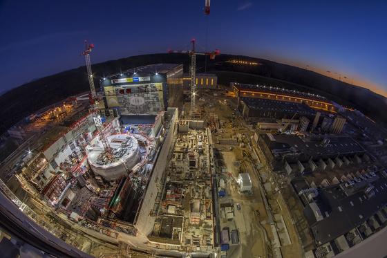 프랑스 남부지방 카다라슈에 건설 중인 국제핵융합실험로(ITER). 원통 모양으로 올라가는 부분이 1억 도의 플라즈마를 잡아두는 핵심 시설 토카막이 들어가는 건물이다. 20일 현재 공사 진척률이 70%에 도달했다.[사진 ITER]