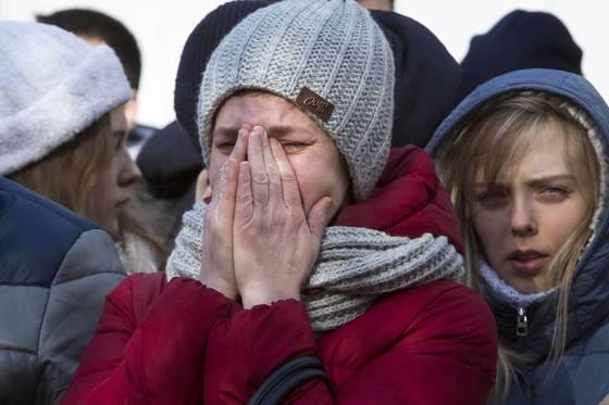 러시아 케메로보 쇼핑몰 화재 참사에서 지인을 잃고 울음을 터뜨리고 있는 학생들. [AP=연합뉴스]