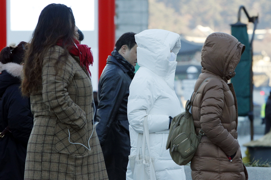 전국 아침기온이 영하권으로 떨어지면서 서울 광화문 네거리에서 시민들이 발걸음을 재촉하고 있다. [뉴스1]