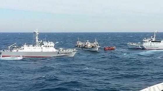 일본 측 EEZ 인근 바다, 일본 해상보안청 순시정(왼쪽)과 부산해양경비안전서 경비함정(오른쪽) [연합뉴스]