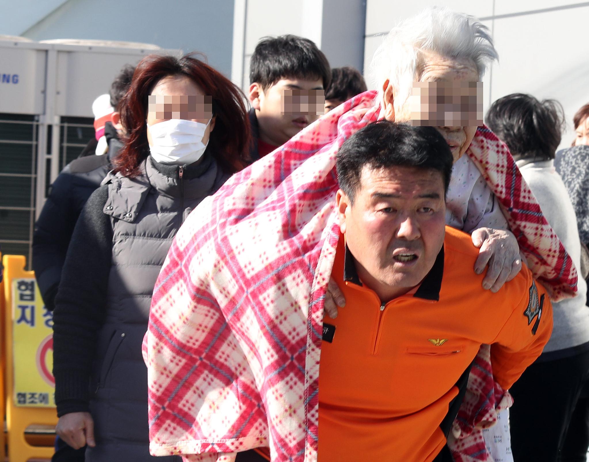 경남 밀양시 가곡동 세종병원에서 소방대원이 환자를 이송하고 있다. [연합뉴스]