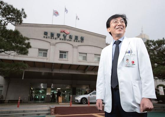정 원장은 시골 보건소장과 중소 병원장을 지내며 지역의 열악한 의료 현실을 직접 체험했다. 그는 이런 경험을 토대로 국립의료원 이전과 공공의대 설립을 계기로 공공의료시스템을 혁신하겠다는 구상을 펼치고 있다.