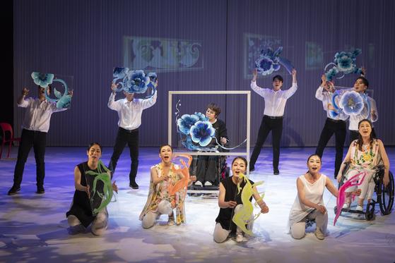 뮤지컬 '비상2'. 김형희 대표가 무대에 올라와 그림 시연을 하는 장면이다. [사진 한국장애인표현예술연대]