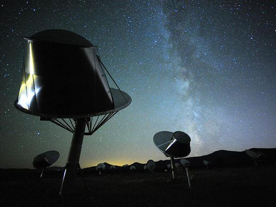 외계 지적 생명체를 찾는 미국의 민간연구소 SETI가 운영하는 앨런 망원경 집합체. 캘리포니아 북동부의 산악지대에 직영 6.1m 짜리 전파망원경 42대가 설치돼 있다. 은하계 어딘가 있을 지구형 행성에서 오는 인공 전파를 찾고 있다. [사진 SETI]