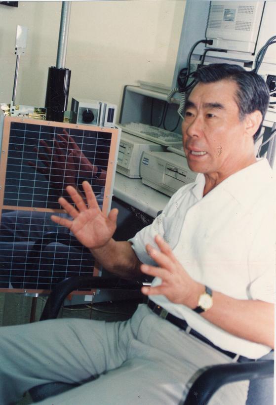 한국과학기술원(카이스트) 인공위성연구센터 소장으로 일하며 한국 최초의 인공위성인 우리별1호를 개발할 당시의 최순달 박사. [중앙포토]