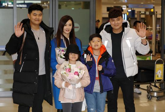 추신수와 차남 건우, 막내딸 소희, 아내 하원미씨, 그리고 장남 무빈(오른쪽부터). [뉴스1]