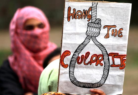 지난 1월 인도 카슈미르에서 발생한 8세 무슬림 소녀 성폭행·살해 사건과 관련해 범인들의 처벌을 요구하는 시위를 벌이고 있는 인도 대학생. [EPA=연합뉴스]