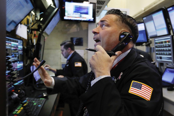 Trader Jonathan Mueller, foreground, works in a booth on the floor of the New York Stock Exchange near the close of trading, Thursday, Dec. 27, 2018. U.S. stocks staged a furious late-afternoon rally Thursday, closing with gains after erasing a 600-point drop in the Dow Jones Industrial Average. (AP Photo/Richard Drew) <저작권자(c) 연합뉴스, 무단 전재-재배포 금지>
