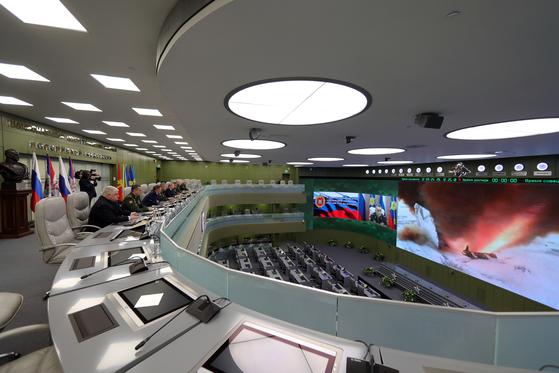 푸틴 러시아 대통령 등 수뇌부가 26일(현지시간) 신형 극초음속 전략 미사일 아반가르드의 시험 발사 장면을 보고 있다. [EPA=연합뉴스]
