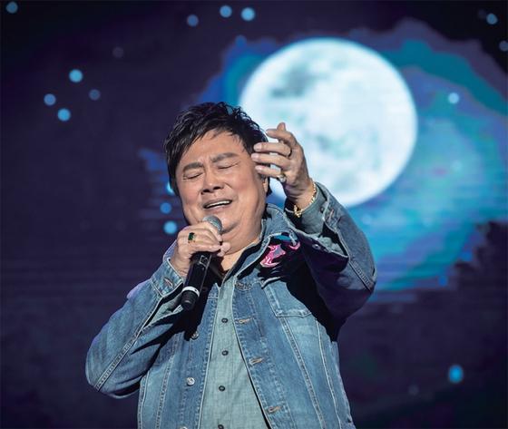 """남진이 12월 8일 의정부 실내체육관에서 열린 '남진의 2018 청춘콘서트- 의정부'에서 특유의 열정적인 무대를 연출하고 있다. 남진은 '지금도 공연을 앞두면 고시생처럼 지낸다""""고 했다."""