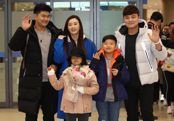 한국인 메이저리거 추신수가 23일 오후 인천국제공항을 통해 귀국하며 가족들과 함께 손을 흔들고 있다. [연합뉴스]