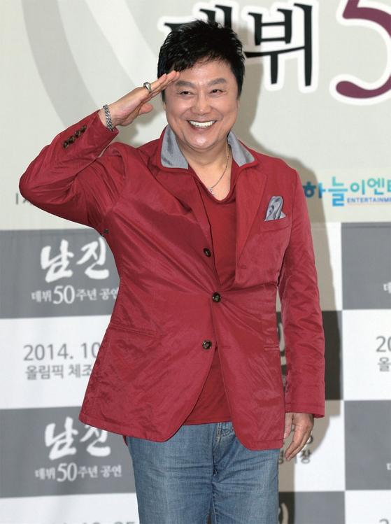 남진이 2014년 4월 8일 서울 홍은동 그랜드힐튼 호텔에서 열린 데뷔 50주년 신곡 '파트너' 발매 기념 기자간담회에서 거수경례로 인사하고 있다.