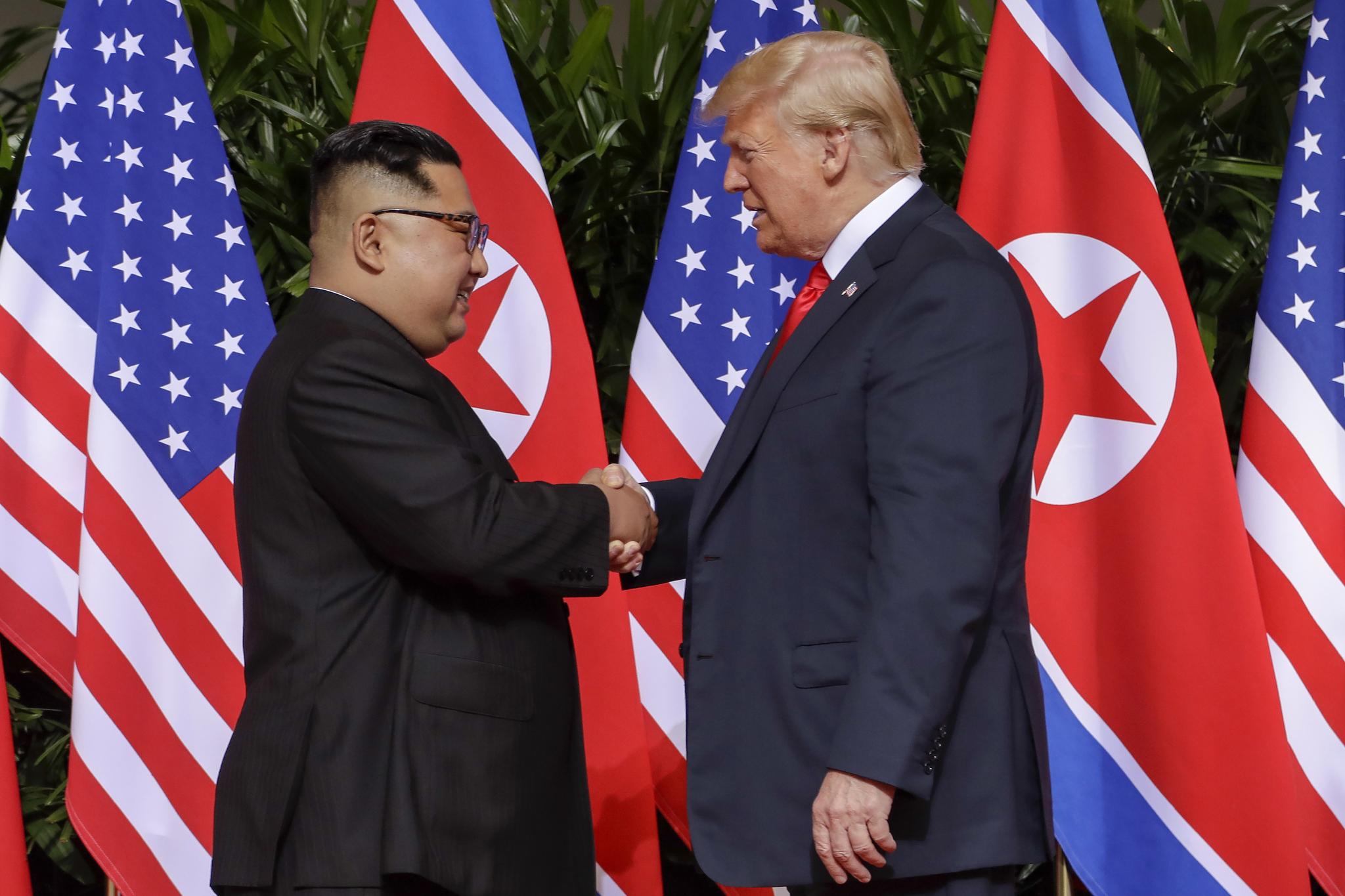 6월 12일 싱가포르 센토사섬에서 열린 북·미정상회담에서 김정은 위원장과 트럼프 대통령이 처음으로 만나 악수하고 있다. [AP=연합뉴스]