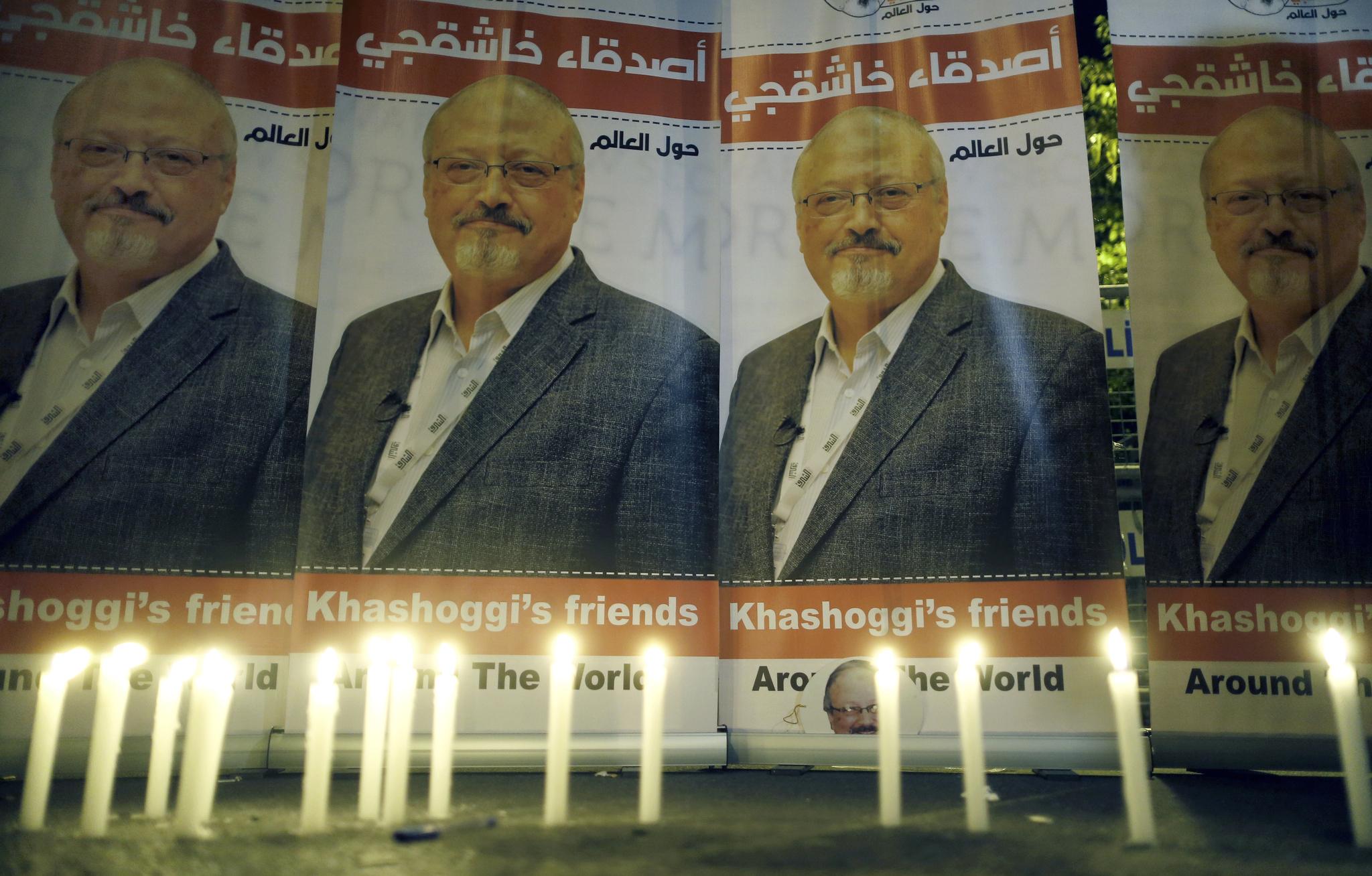 10월 25일 터기 이스탄불의 사우디 총영사관 앞에서 자말 카슈끄지를 추모하는 촛불집회가 열리고 있다. [AP=연합뉴스]
