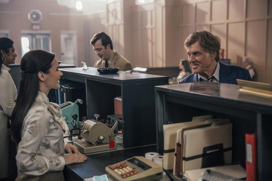 영화 '미스터 스마일'에서 포레스트 터커 역을 맡은 로버트 레드포드. 사진만 보면 은행의 우수고객 같지만 은행 터는 장면이다. [사진 영화사 티캐스트]
