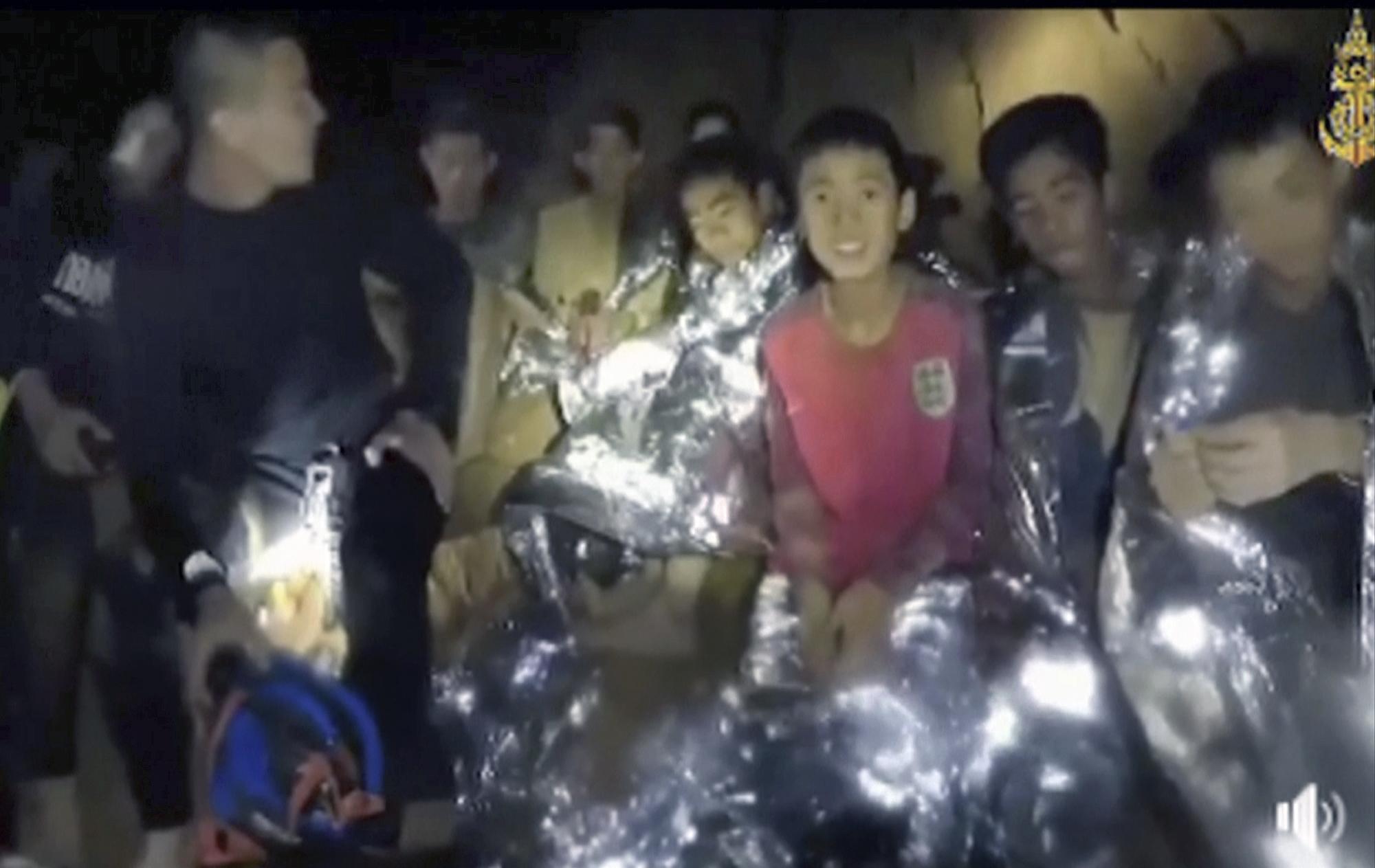 7월 3일 수색작업에 나선 태국 네이비실 요원들이 동굴 속에서 고립된 소년들을 발견한 후 촬영한 동영상을 공개했다. [AP=연합뉴스]