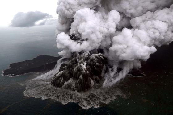 12월 23일 인도네시아 순다해협에 쓰나미를 일으킨 아낙 크라카타우 화산이 연기를 내뿜고 있다. [로이터=연합뉴스]