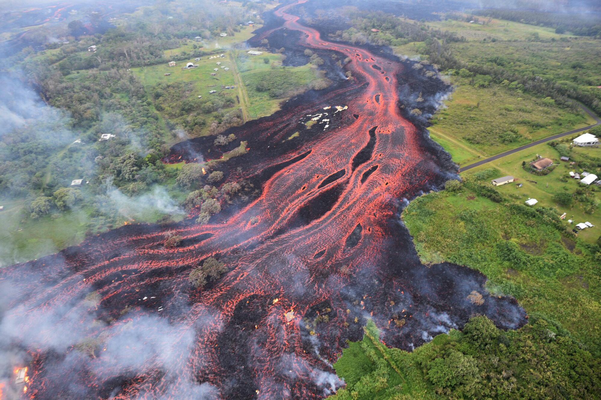 5월 19일 하와이 파호아 인근에서 생긴 지표면의 갈라진 틈으로 용암이 흘러나오고 있다. [AP=연합뉴스]