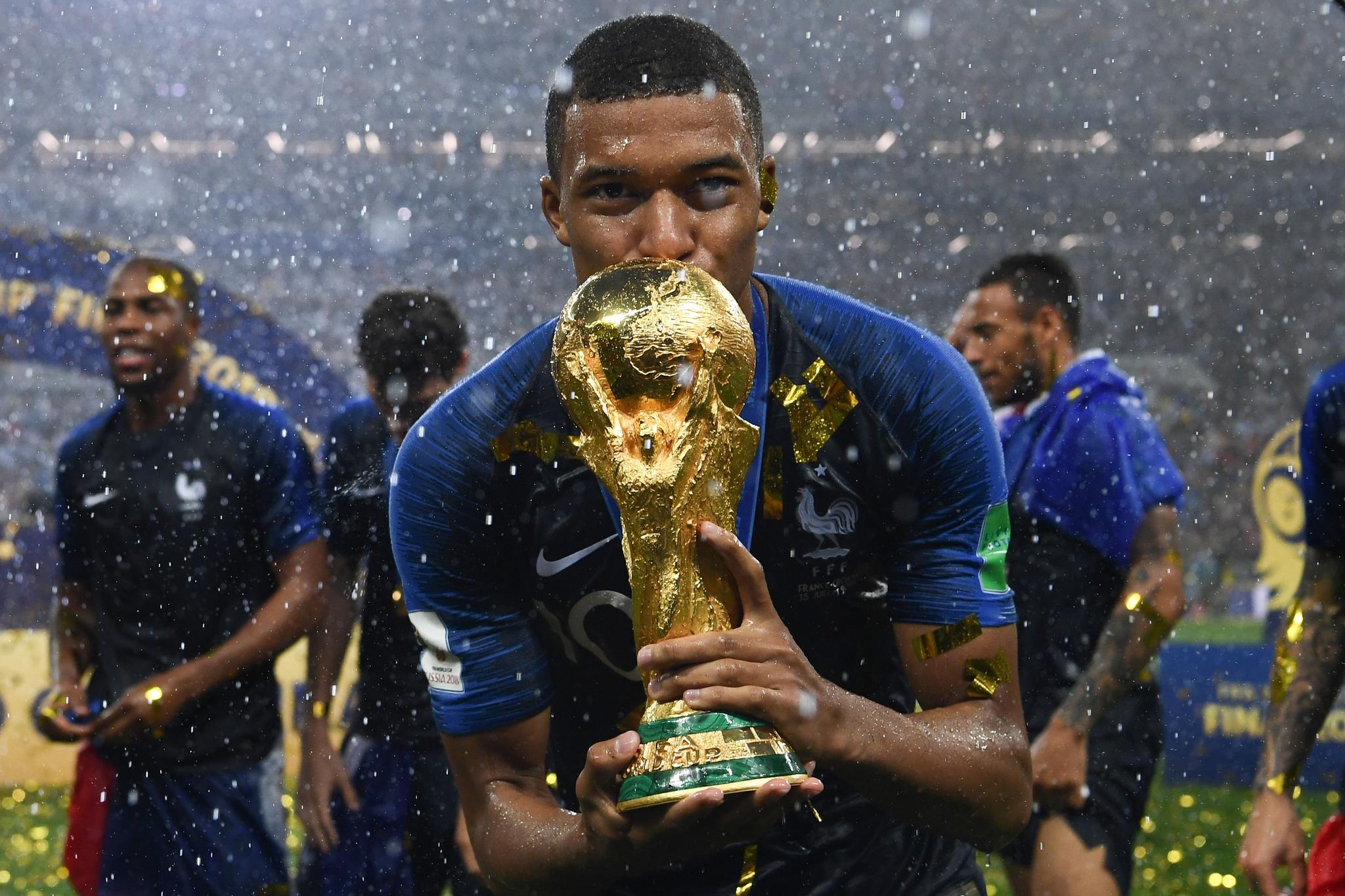 7월 15일 모스크바에서 열린 결승전에서 크로아티아를 꺾고 우승한 프랑스의 공격수 음바페가 월드컵 트로피에 입맞춤하고 있다. [AFP=연합뉴스]