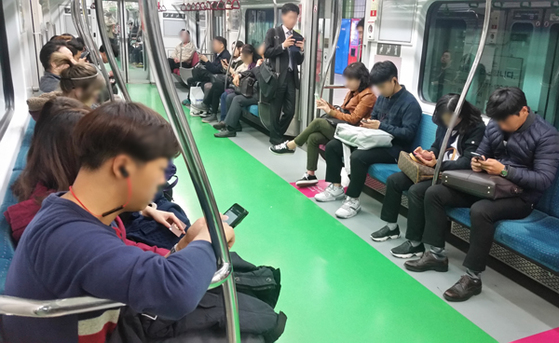 지하철을 탄 시민들이 스마트폰을 사용하고 있다. [사진 중앙포토]