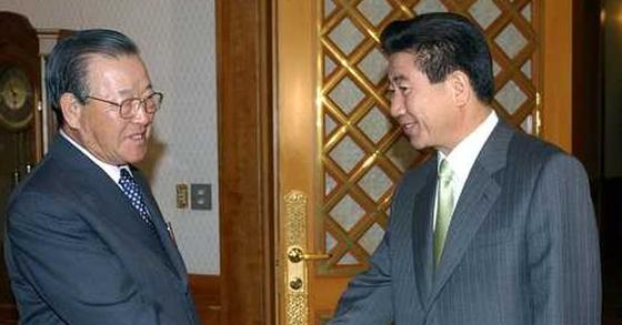 김종필 전 총리가 자민련 명예총재 당시 노무현 전 대통령을 예방하고 있다. [중앙포토]