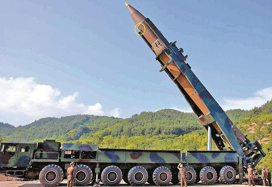 북한이 이달초 발사된 미사일의 비행 정보를 송출하는 텔레메트리 실험을 실시했다고 일본 요미우리 신문이 30일 보도했다. 사진(원안)은 화성-14형 미사일의 텔레메트리 장비. [중앙포토]