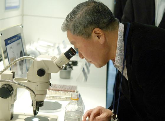 2011년 서초구 양재동 LG전자 서초R&D캠퍼스에서 현미경을 보고 있는 구본무 회장. [연합뉴스]