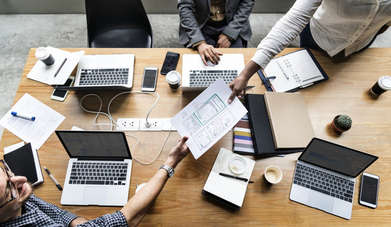 외주 업체 선택 시 창업가가 구현하고자 하는 고객 문제 해결책을 가능한 구체적이고 세밀하게 표현할 줄 알아야 하며, 외주업체의 전문적 이야기를 모두 이해하겠다는 각오로 제작 과정에 대해 숙지해야 한다. [사진 pxhere]