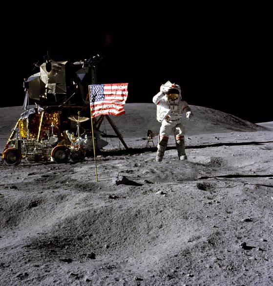 1972년 아폴로 16호를 타고 달에 착륙한 존 영. 카메라를 향해 경례를 하고 있다. [AP=연합뉴스]