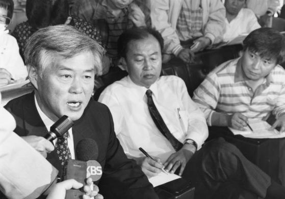 최기선 인천시장(왼쪽)이 1994년 인천 북구청 세금비리 사건으로 사퇴기자회견을 하고 있다.[중앙포토]