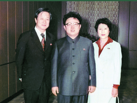 1984년으로 추정되는 사진으로 김정일 북한 국방위원장과 신상옥 감독 그리고 최은희. [중앙포토]