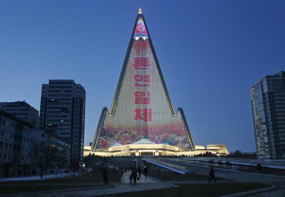 지난 20일 북한 평양 류경호텔 외벽에 조명쇼가 진행되고 있다고 30일 AP 통신이 보도했다. [AP=연합뉴스]