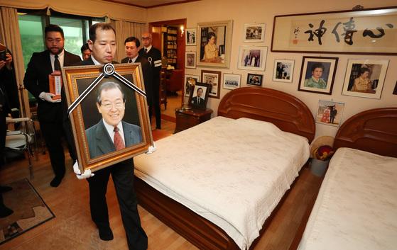 김종필 전 총리의 장례식이 열린 6월27일 영정을 든 손자들이 서울 청구동 자택을 들렀다. [중앙포토]