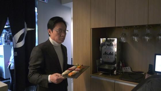 정두언 전 의원이 27일 자신의 일식집에서 서빙하고 있다. 공성룡 기자
