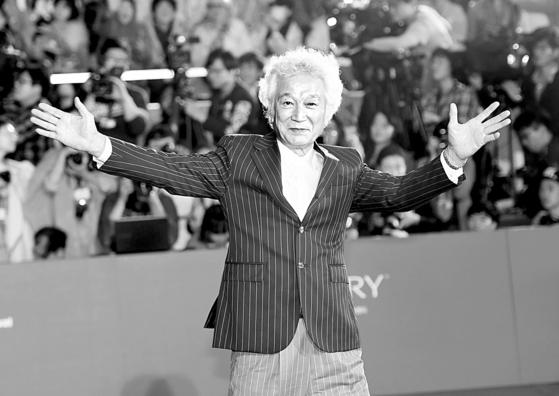 국민배우 강신성일 씨가 2015년 10월 1일 부산광역시 해운대구 영화의전당에서 열린 '제20회 부산국제영화제(B1FF)' 개막식에서 팬들의 환호에 인사하는 모습.[중앙포토]