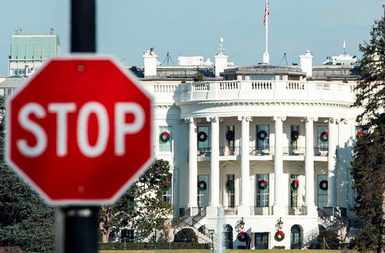 지난 27일(현지시간) 미 백악관 앞에 '정지' 사인이 붙어있다. [AFP=연합뉴스]