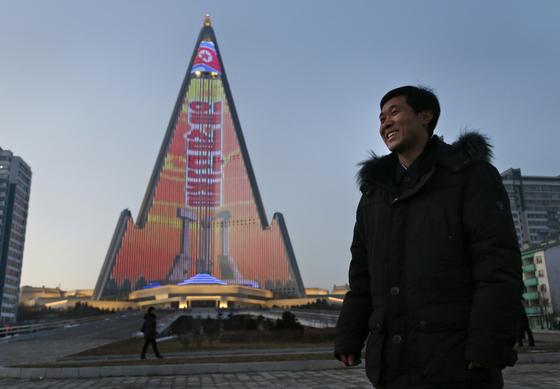 류경호텔 외벽에 '일심단결'이란 선전 문구가 LED 조명으로 빛나고 있다. [AP=연합뉴스]