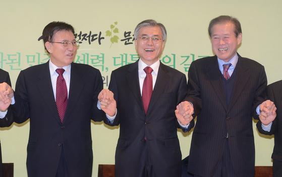 2012년 12월 10일 당시 민주통합당 문재인 대선 후보와 서울 정동 달개비식당에서 민주계 인사들의 회동당시 최기선(오른쪽). [중앙포토]