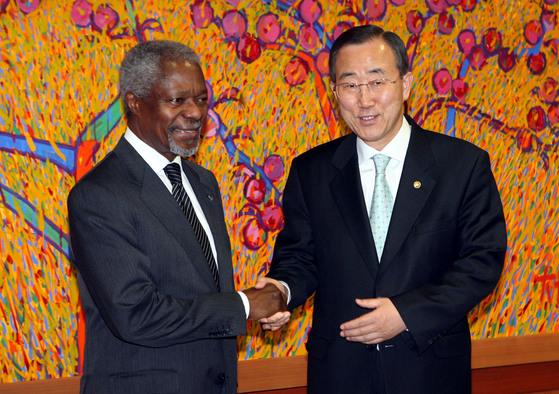 2006년 5월 15일 외교통상부 청사에서 코피 아난 유엔사무총장과 반기문 외교통상부 장관이 회담전 기념촬영을 하고 있다.. 반 장관은 코피 아난의 뒤를 이어 유엔사무총장에 취임했다.[중앙포토]