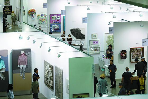 세계 현대미술을 만날 수 있는 한국국제아트페어(KIAF)에서 작품을 감상하고 있는 관람객의 모습. 우리가 미술을 알아야 하는 이유에는 미술이 가장 앞서서 오늘의 시각을 대변해 주기 때문이다. <저작권자(c) 연합뉴스, 무단 전재-재배포 금지>