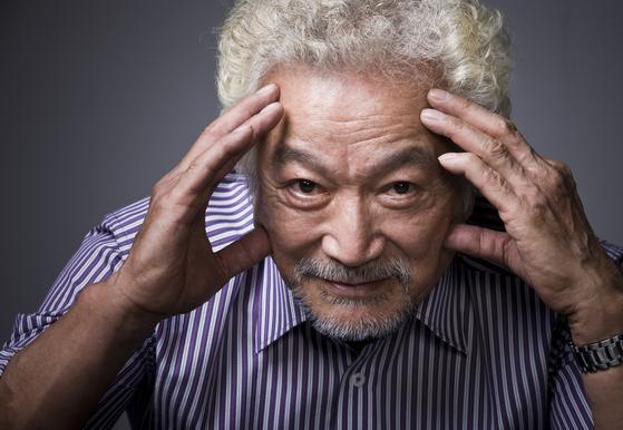 강신성일씨가 폐암3기 판정을 받고 투병중 81세 일기로 지난 11월 4일 별세했다. 사진은 지난 2011년 중앙일보와 인터뷰 당시 촬영한 사진[중앙포토]