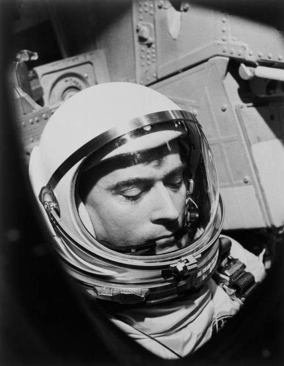 1965년 미국의 첫 2인승 위성 제미니3호를 타고 미션을 수행중인 존 영. [AP=연합뉴스]