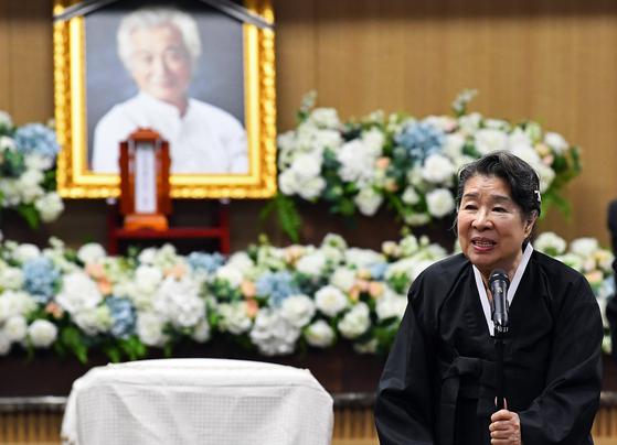 고 강신성일의 배우자 엄앵란씨가 6일 서울아산병원에서 열린 영결식에서 추도사를 읽고 있다. [중앙포토]