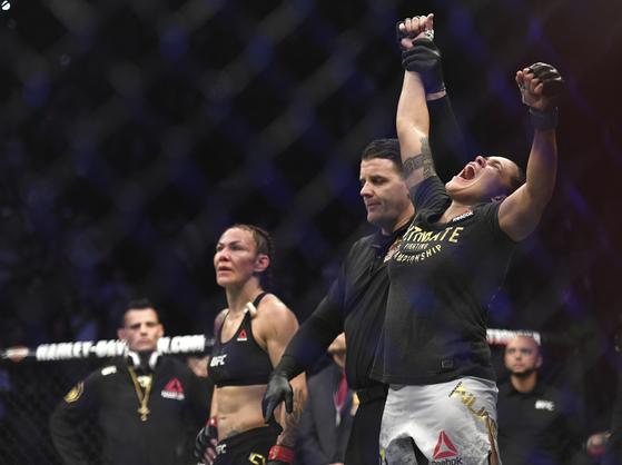 누네스(오른쪽)는 여성 UFC 최초로 두 체급 챔피언에 오른 파이터가 됐다. [AP=연합뉴스]