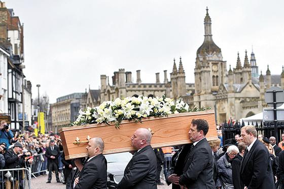 3월 31일(현지시간) 열린 스티븐 호킹 박사의 장례식이 영국 케임브리지대 그레이트 세인트메리 교회에서 열렸다. 호킹 박사의 관은 그가 재직하던 단과대학 직원들이 운구했다. [AP=연합뉴스]